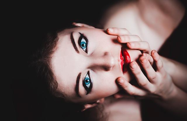 modré oči a červené rty.jpg