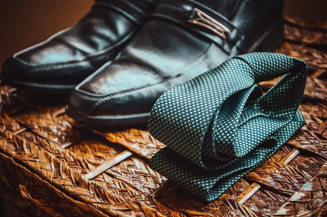boty a kravata