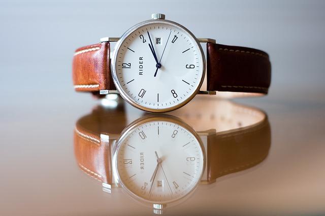 náramkové hodinky s hnědým koženým páskem.jpg